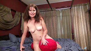 Dirty mature Shelby Ray moans while pleasing her hairy pussy