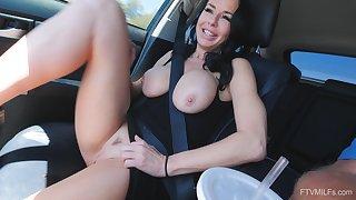 Solo MILF bombshell sculpt Veronica masturbates in a car